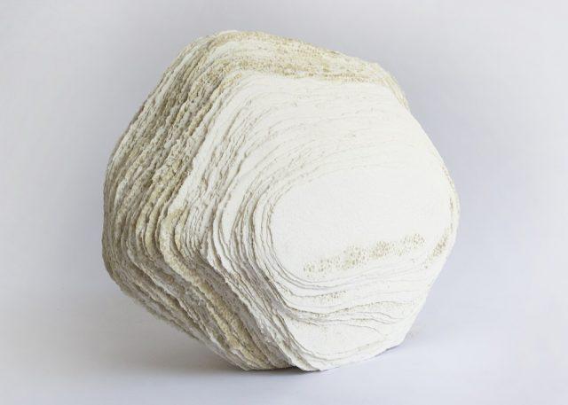 Bludný balvan | ruční papír, hlubotisk, 31 x 64 x 50 cm, 2019